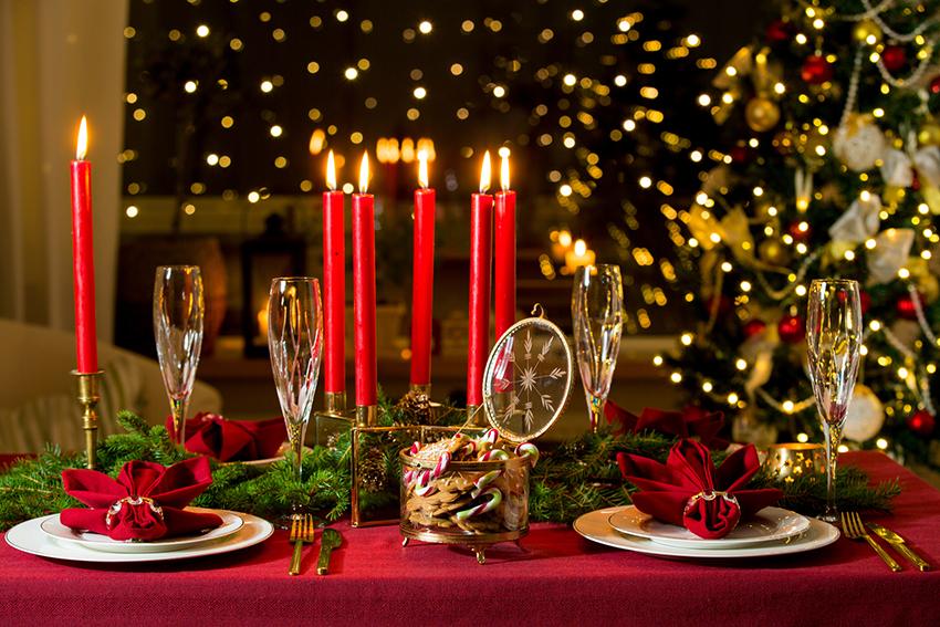 Se acercan las Fiestas Navideñas y este año se celebran en tu casa...  Ya tienes todo previsto. El menú, los lugares que ocuparán los comensales, los vinos a servir con cada plato, el postre... Ahora sólo falta crear un ambiente ideal en torno a la mesa alrededor de la cual se sentarán los invitados.  La decoración para vestir la mesa en Navidad irá del todo unida al tipo de estilo navideño que hayamos querido dar a nuestro hogar. Clásico, moderno, nórdico, vanguardista, estilo eco... la decoración navideña es todo un mundo!