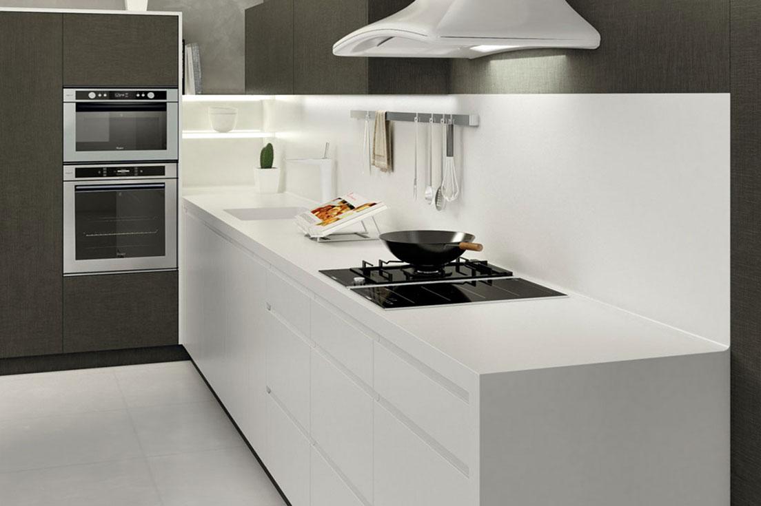 Un espacio para cocinar único. Unos muebles para la cocina de líneas puras. Con espacios para almacenaje ocultos. Una cocina sobria y elegante... Minimalismo en estado puro.  La cocina es ese espacio de nuestro hogar en el que pasamos tantas horas. Además, en las tendencias actuales la cocina ya no es un lugar en el que dedicarnos símplemte a cocinar. Así, ahora en este espacio socializamos y la cultura culinaria es todo un arte. Por eso, los muebles para la cocina son el elemento fundamental que definirán este espacio en nuestro hogar.