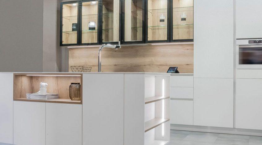 Muebles de cocina que marcan la diferencia: por su estilo, por su calidad, por su funcionalidad.  Por fin te has decidido a renovar tu cocina. Y es el momento de elegir el mobiliario. Para crear este espacio tu medida es fundamental elegir los muebles de cocina que necesitas. Por eso, los detalles marcarán la diferencia: Espacios de almacenamiento amplios. Puertas de fácil cierre y apertura. Superficies de calidad y fácil mantenimiento. Cajones con autocierre silencioso... Y que además sean muebles de calidad y con el estilo y la personalidad que buscas para tu hogar.  Por eso, en el post de hoy de nuestro blog os presentamos Tirador Integrado, uno de nuestros modelos de muebles de cocina más versátiles y con un estilo y personalidad únicos.