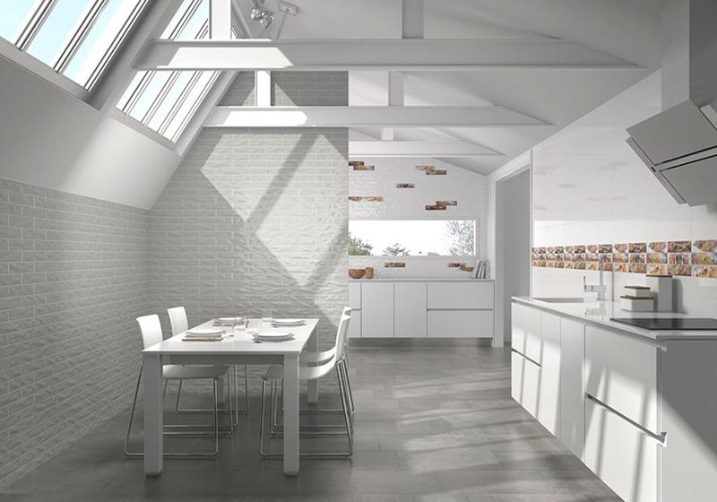 El blanco es el color de la luz. Nos transmite pureza, armonía, limpieza y paz. Por eso, los suelos y azulejos de gres porcelánico iluminarán los espacios de tu hogar.  El color blanco en las paredes nos aporta mayor sensación de espacio en una habitación. Y además, aporta luminosidad a cualquier estancia. El blanco es un color minimalista y neutro, que combina con cualquier otro tono. Además combinar los suelos y azulejos de gres porcelánico con acabado en colo blanco te permitirá combinarlo con otros materiales y colores. Consiguiendo así interesanres resultados.  En el post de hoy de nuestro blog te traemos unas inspiradoras propuestas de nuestros catálogos de azulejos y pavimentos. Todas tienen un denominador común: el acabado en color blanco para nuestras referencias de gres porcelánico.