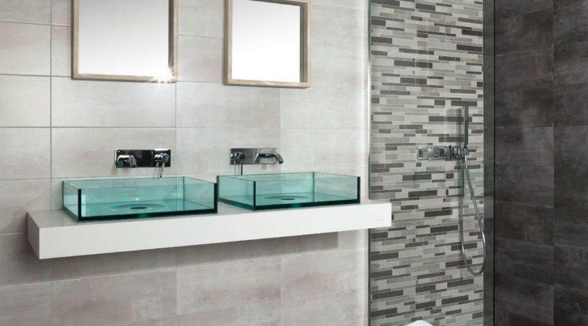 Encontrar los azulejos para el cuarto de baño perfectos será el punto clave para lograr que este espacio tenga también la calidad y el estilo que queremos para nuestro hogar.  Elegir los azulejos para el cuarto de baño correctos es muy importante cuando se ha tomado la decisión de llevar a cabo la reforma. Además de los sanitarios y muebles, tanto el revestimiento como el solado, marcarán el estilo del nuevo baño. Tanto los azulejos y paviementos cerámicos y porcelánicos aportarán la calidad, durabilidad, resistencia y fácil mantenimiento que necesitamos. Debemos tener en cuenta que el cuarto de baño es un espacio en el que se producen cambios de temperatura y se genera humedad. Además, en el cuarto de baño, también es importante tener en cuenta que el resto de elementos contribuyan a la fácil limpieza y mantenimiento. En estos otros posts de nuestro blog pueses ver propuestas de sanitarios y mobiliario para tu cuarto de baño.