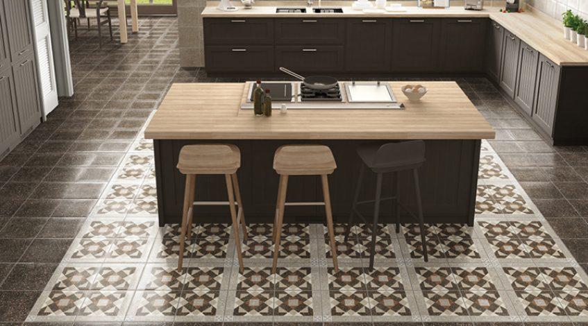 A la hora de elegir el suelo de gres porcelánico para la cocina es fundamental encontrar el estilo que queremos.   Como ya sabemos un suelo de gres porcelánico para la cocina es una magnifica opción. Por un lado por la excelente calidad y durabilidad de este material. Y por otro por la infinita variedad de estilos, colores, acabados y formatos disponibles. Así, el gres porcelánico es una apuesta versatil y óptima para solar tanto la cocina como cualquier espacio de nuestro hogar.  Por eso, hoy os traemos ejemplos de nuestro catálogo de Azulejos y Pavimentos para la cocina. Tres propuestas muy diferentes entre si. Con tres estilos distintos pero de la mejor calidad y siguiendo las últimas tendencias.