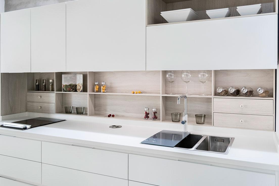 Elegir muebles de cocina de estilo moderno, cómodos y funcionales es fácil con Esil de Alba.  En Esil de Alba podrás elegir muebles de cocina con el estilo y la personalidad que buscas. Además, siempre trabajamos con los mejores fabricantes y con los mejores materiales. Por eso, nuestras cocinas tienen un diseño y calidad únicos.  Así, este post de hoy de nuestro blog lo vamos a dedicar a una de nuestros modelos de cocina más demandado. Una cocina que por su diseño presenta unos muebles de estilo moderno. Armarios de cocina cómodos y funcionales. Con gran capacidad de almacenaje. Y con un tirador integrado en el canto de puertas y cajones que facilita su apertura.